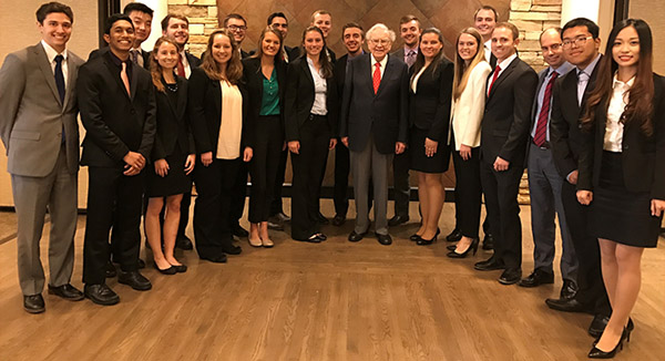 Alumnus Warren Buffett Dines with Finance Students